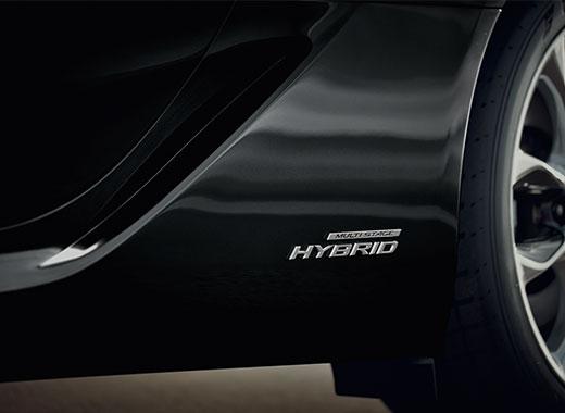 Zoom op het Hybrid logo van een Lexus LC 500h