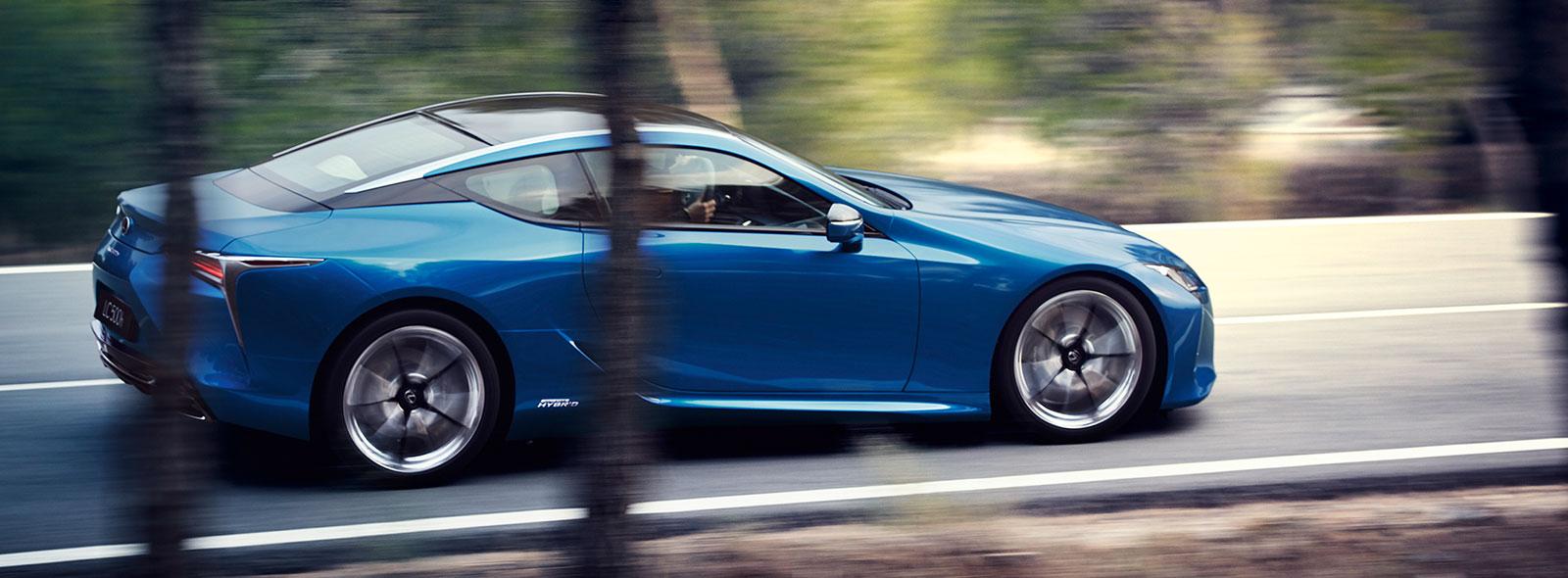 Een rijdende blauwe Lexus LC 500h
