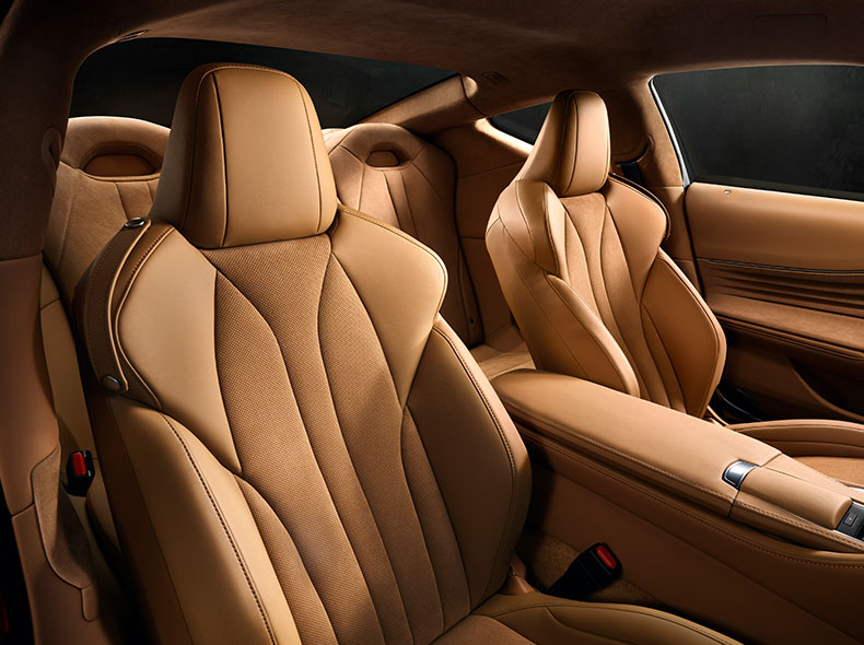 Het bruinlederen interieur van een Lexus LC 500h