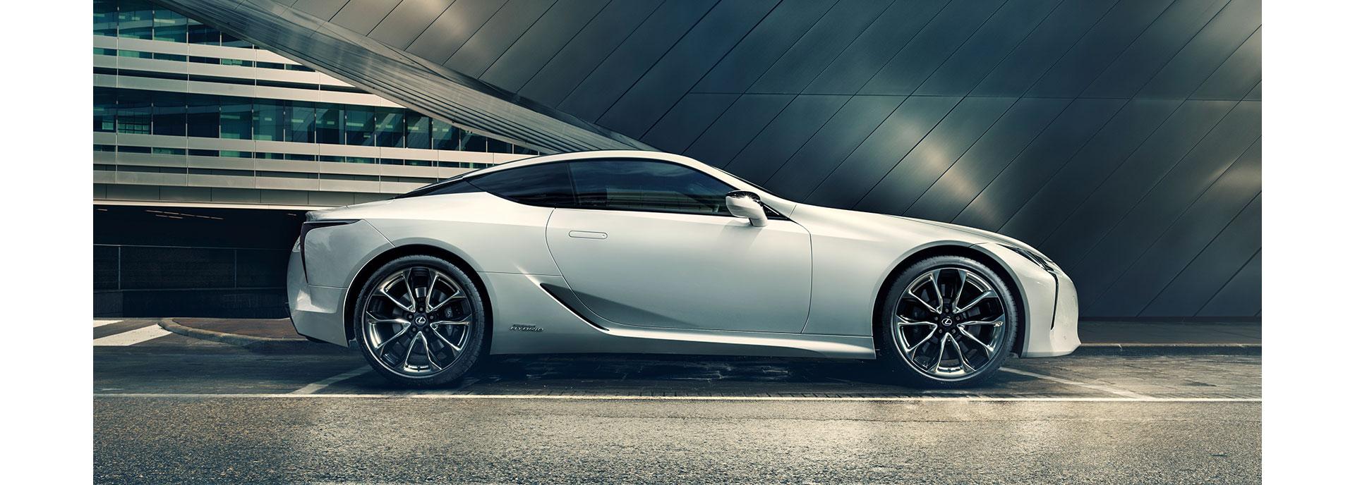 Zijaanzicht van een stilstaande witte Lexus LC 500h