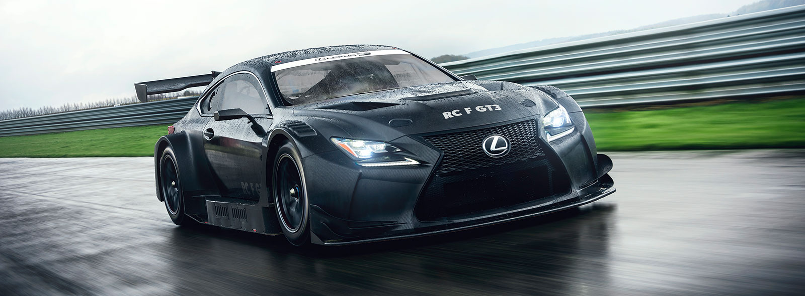 Lexus RC F GT3 2017 exterieur schuin voor op circuit