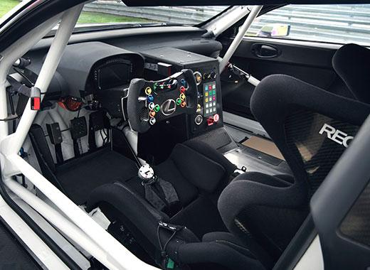 Lexus RC F GT3 2017 interieur cockpit racestuur en veiligheidskooi op circuit