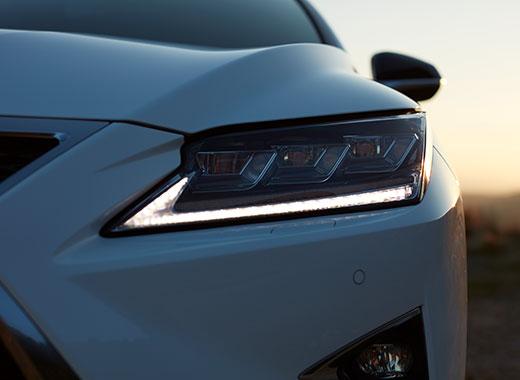 Koplamp van een witte Lexus RX 450h