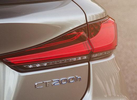 De achterkant van een grijze Lexus CT 200h
