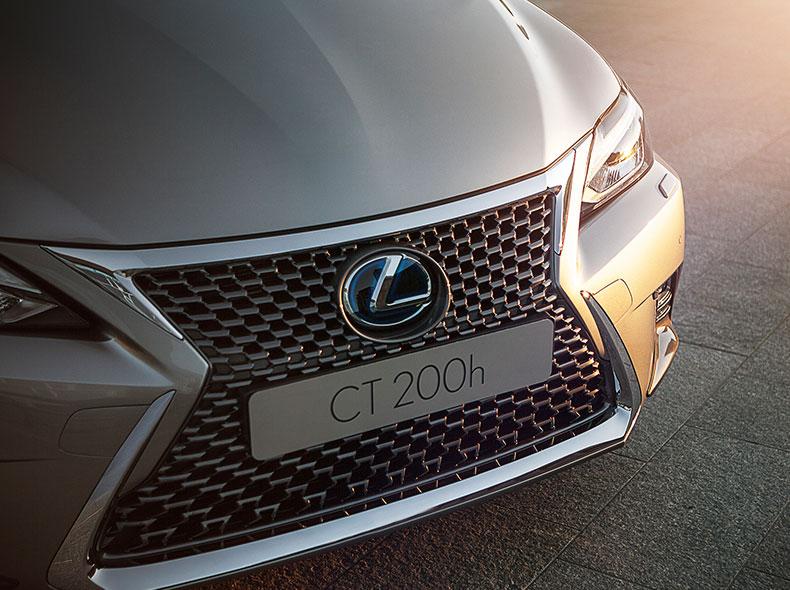 De voorkant van een grijze Lexus CT 200h