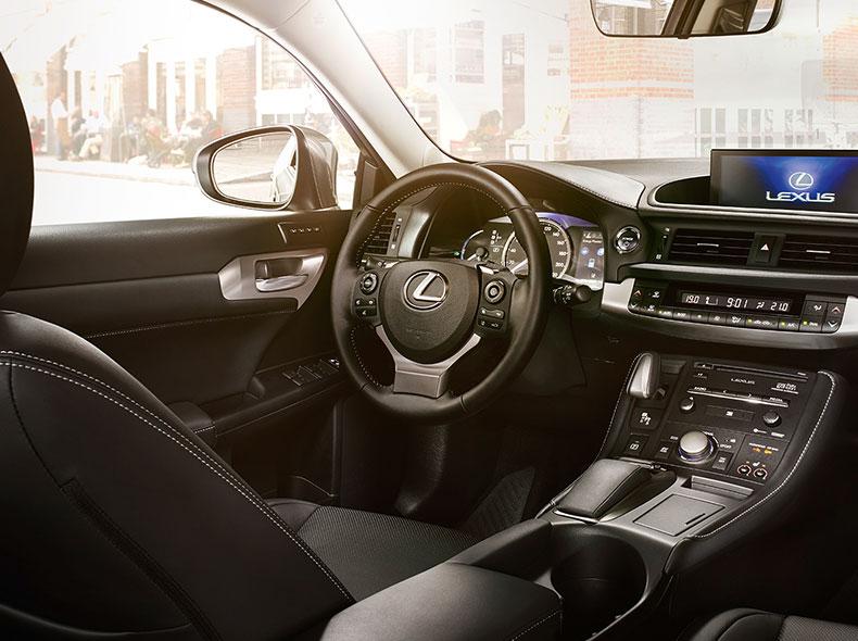 Het interieur van een Lexus CT 200h met lederen bekleding