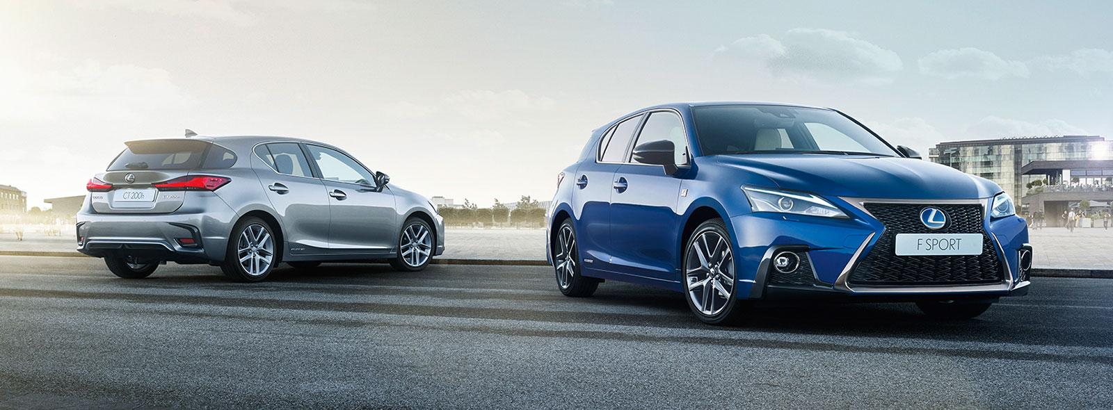 De voorkant van een blauwe CT200h F SPORT en zijkant van een grijze Lexus CT 200h