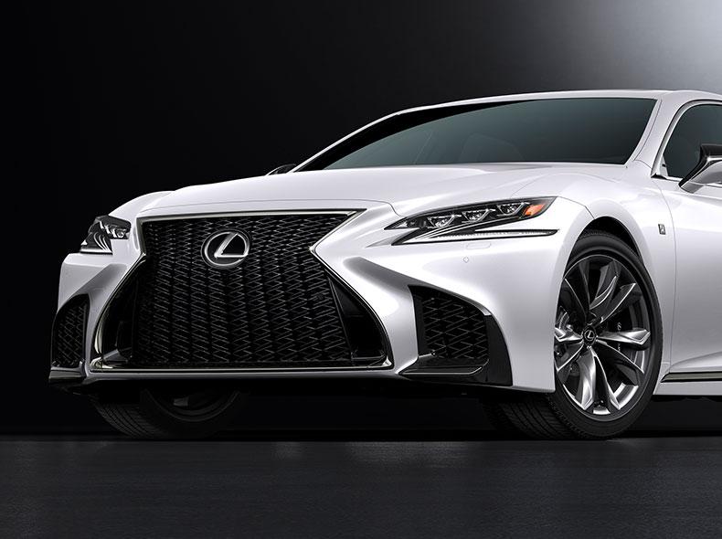 De voorkant van een witte Lexus LS F