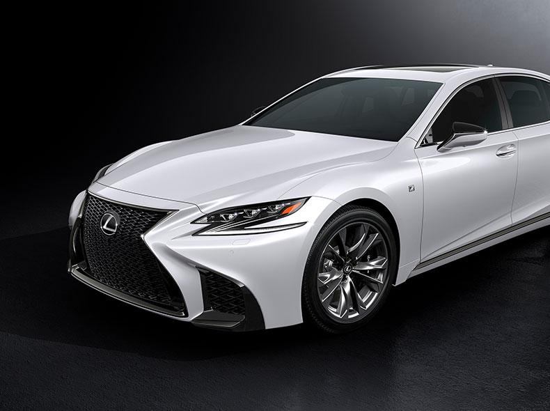 De voorkant en zijkant van een witte Lexus LS F