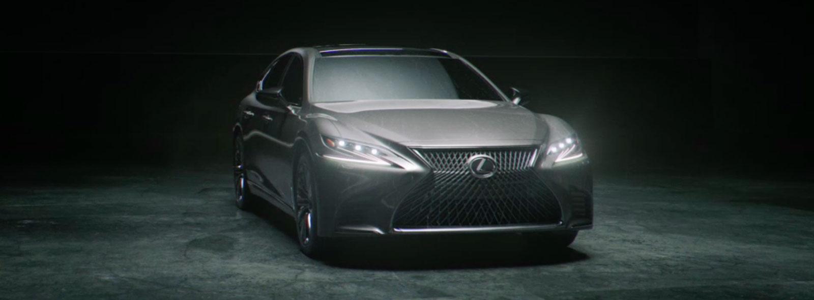 Vooraanzicht van een stilstaande grijze Lexus LS
