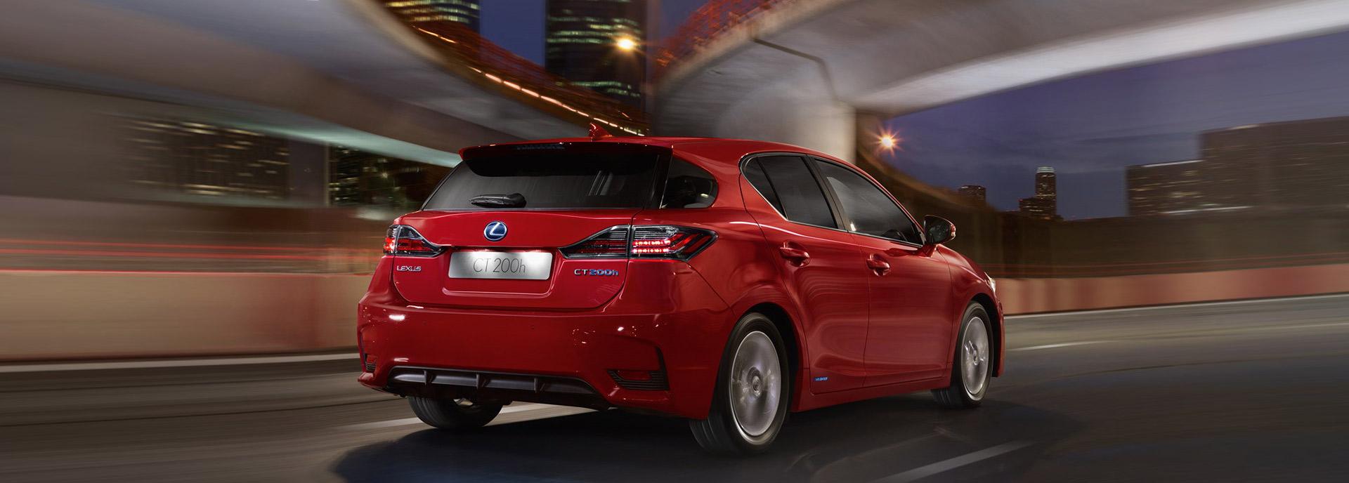 Lexus garantie Achteraanzicht rijdende rode Lexus CT 200h