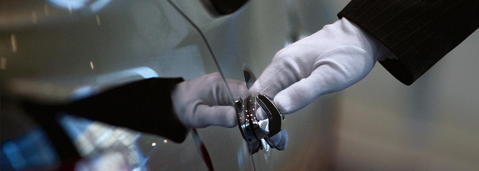 Lexus Red Carpet Treatment man open deur voor lexusrijder