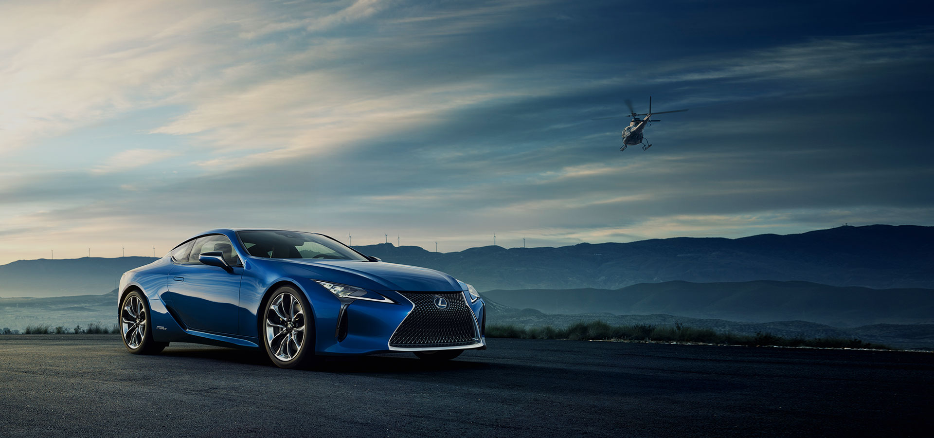 Zijaanzicht blauwe Lexus RC 500h