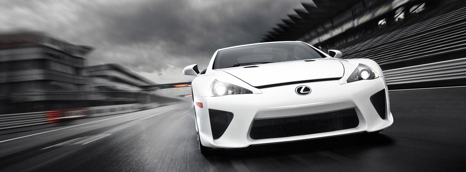 Rijdend vooraanzicht witte Lexus LFA