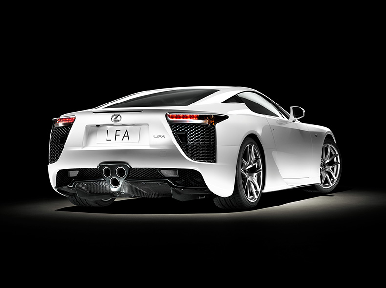 Achter zijaanzicht witte Lexus LFA