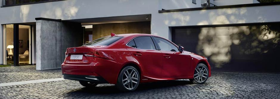 Een stilstaande rode Lexus IS 300h