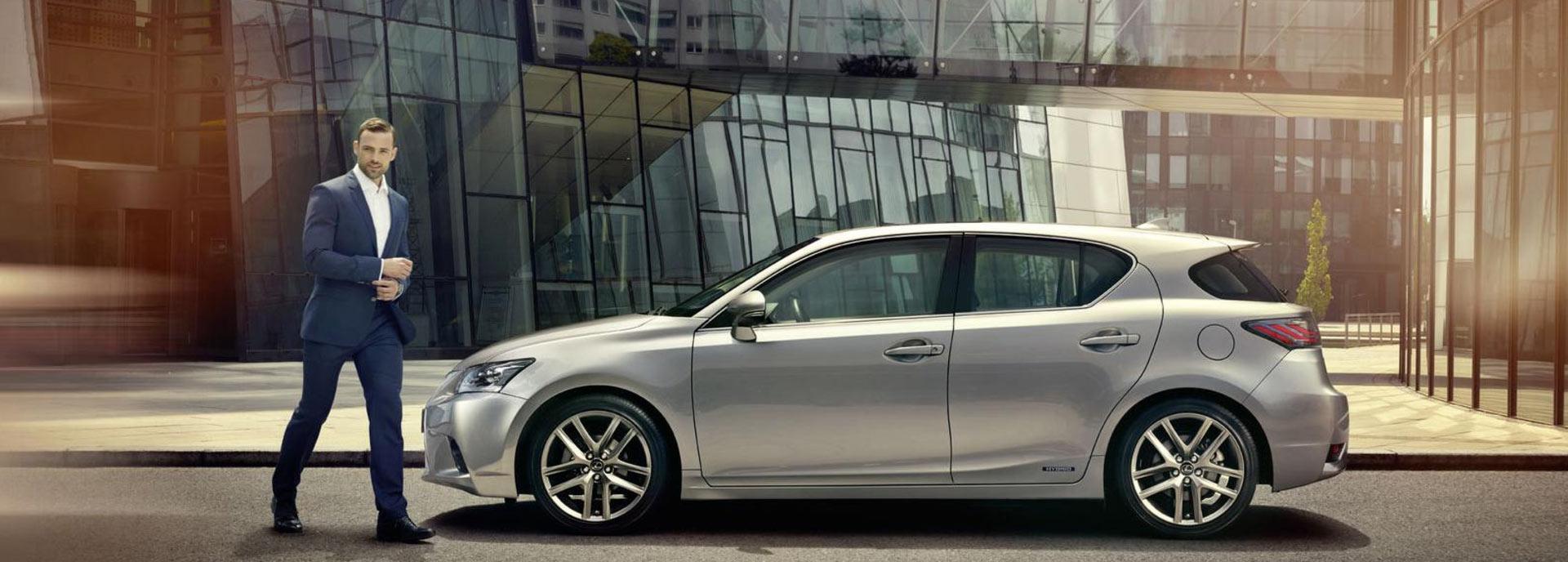 De zijkant van een grijze Lexus CT 200h