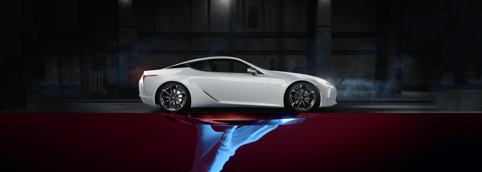 De zijkant van een witte Lexus LC 500