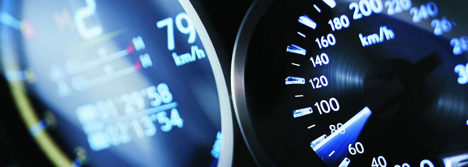 Kilometerteller van een Lexus in actie