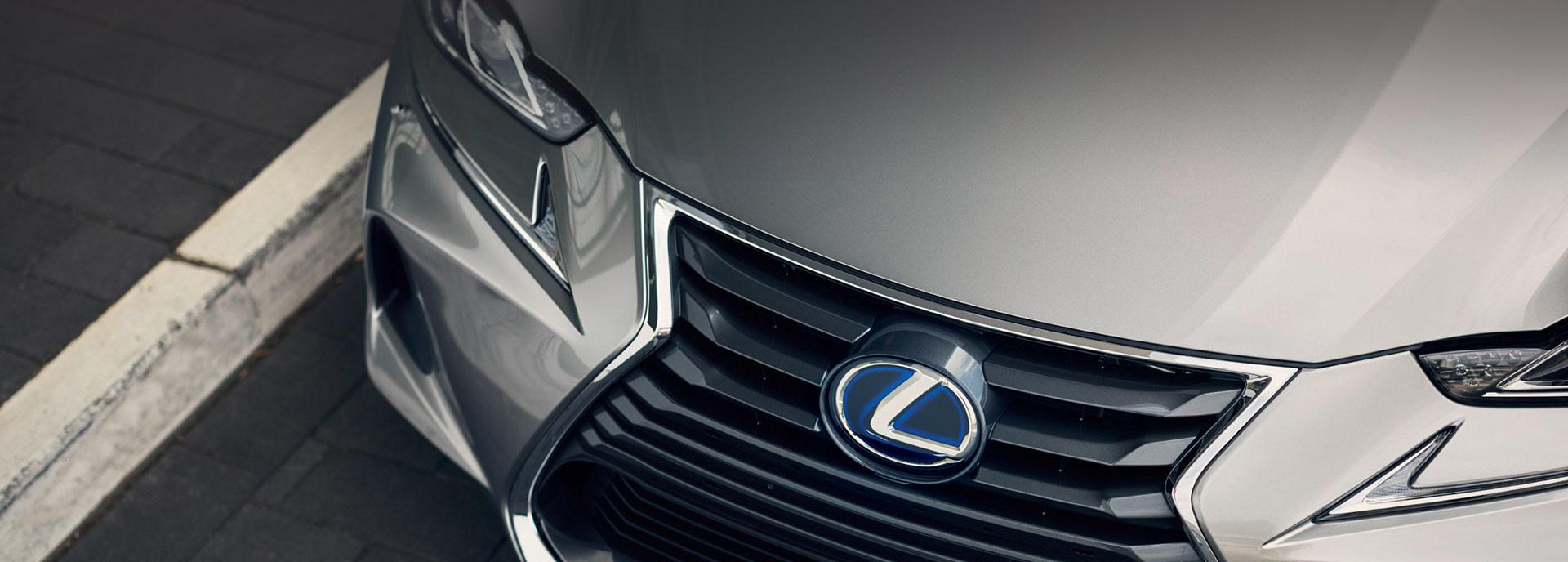 De koplamp van een grijze Lexus IS 300h