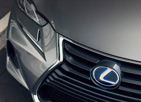 Een stilstaande grijzen Lexus IS 300h