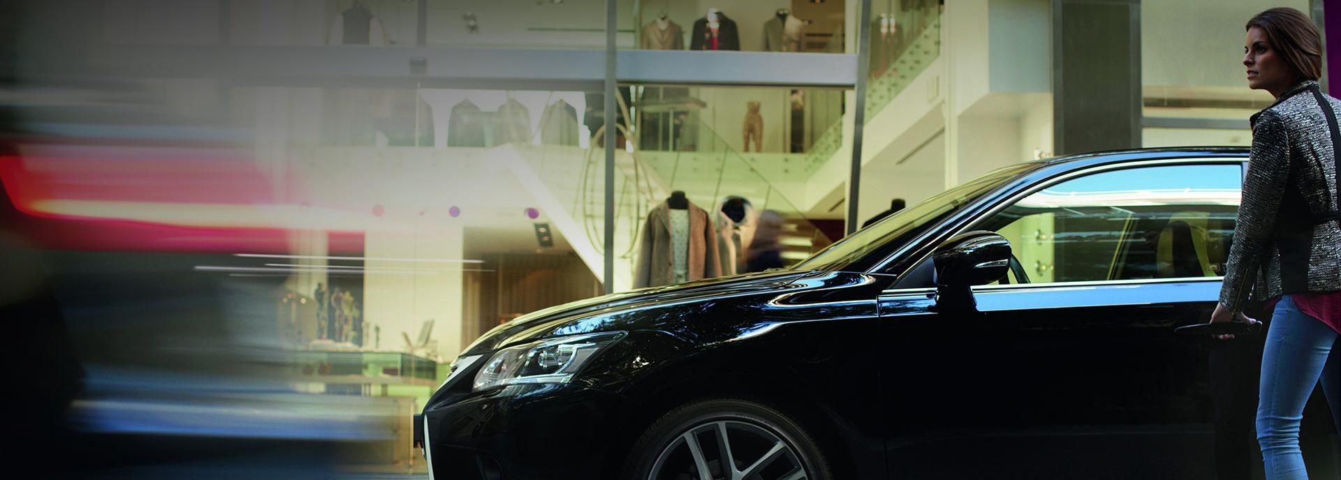 Zijaanzicht van een zwarte Lexus CT 200h