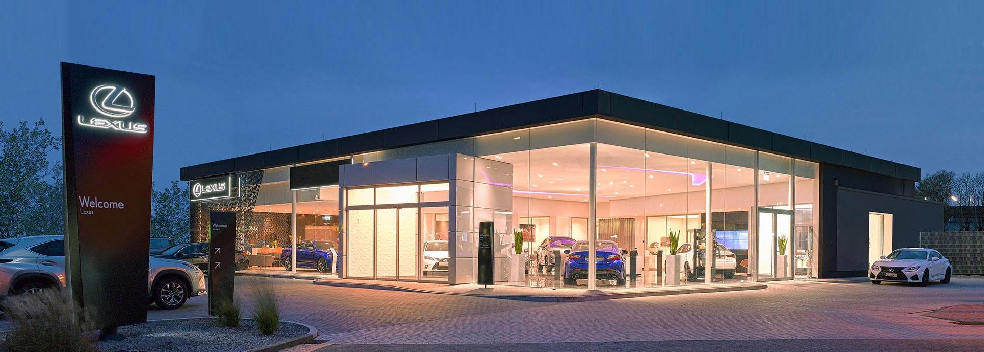 Een Lexus dealerpand in schemering