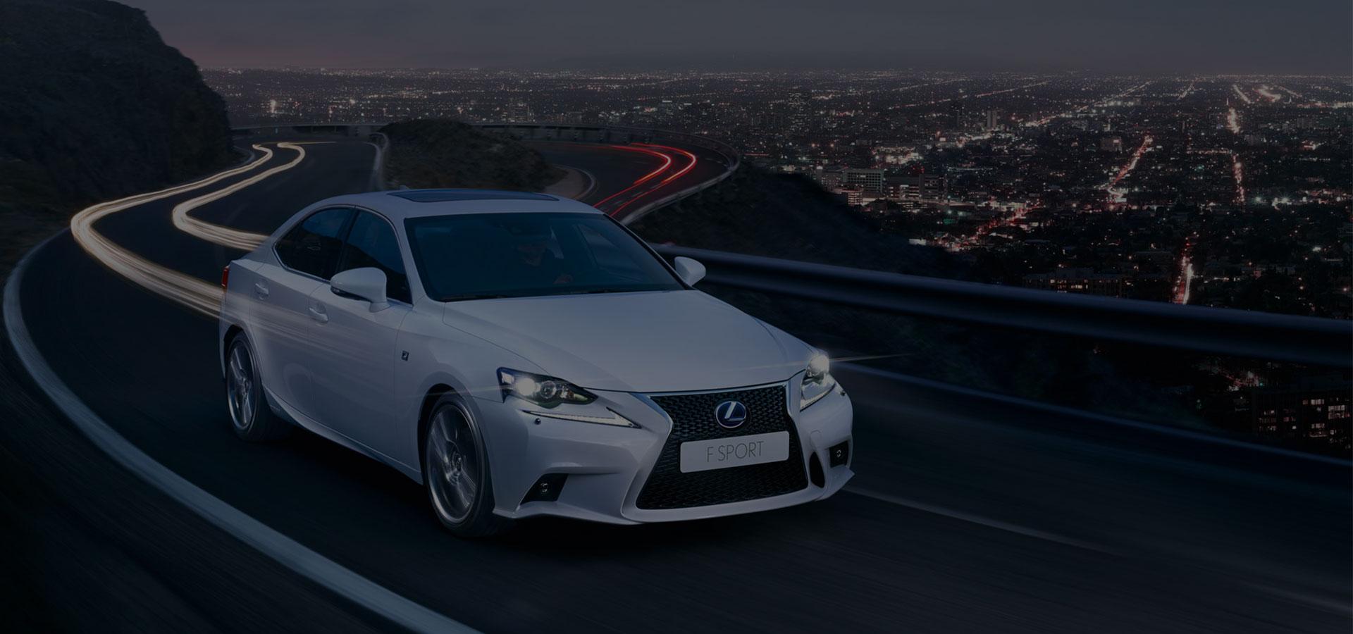 Rijdend zijaanzicht witte Lexus F Sport