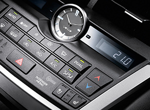 Het dashboard van een zilveren Lexus NX300h Sport Edition