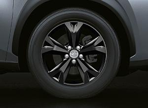 Het wiel van een zilveren Lexus NX 300h Sport Edition
