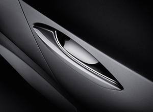 Handgreep aan een deur van een zilveren Lexus NX300h Sport Edition