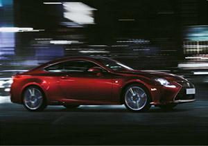 Rijdend vooraanzicht rode Lexus RC F