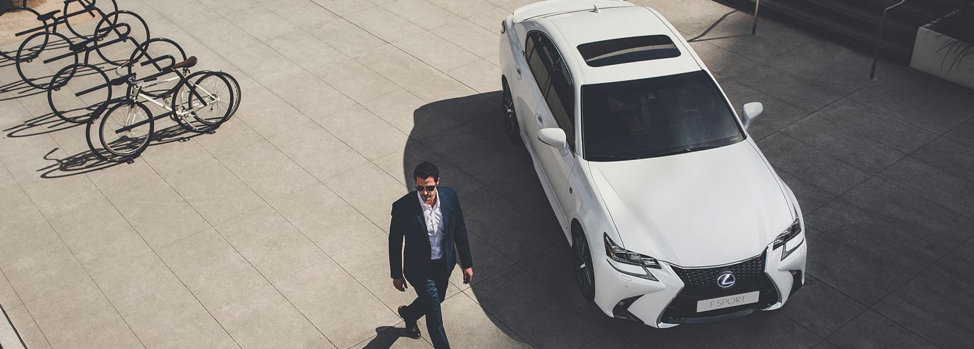 Zakenman bij witte Lexus GS F Sport