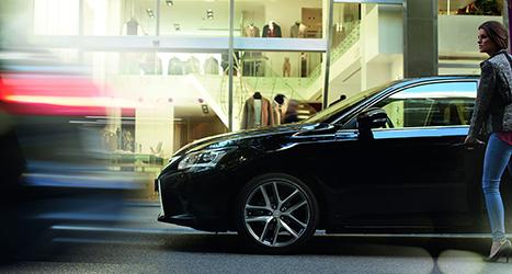 Vrouw opent portier van een Lexus