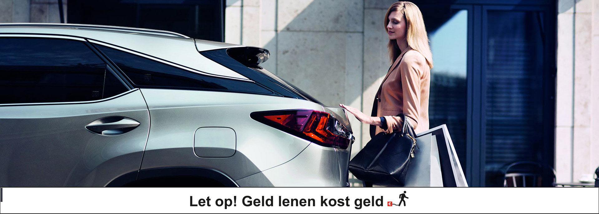 Vrouw opent achterbak van Lexus RX 450h