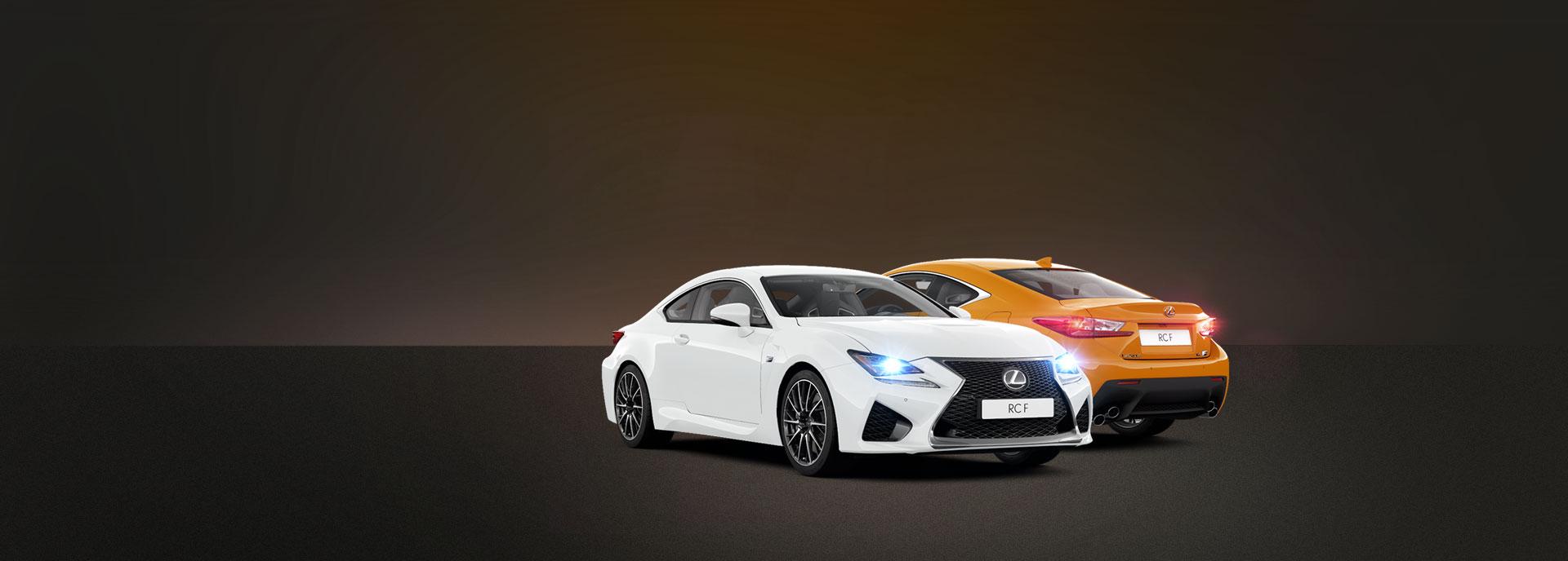 Vooraanzicht van een een witte en achteraanzicht van een oranje Lexus RC F