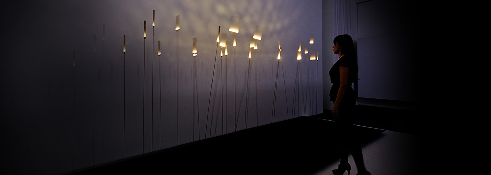 Vrouw die staat te kijken bij lampjes
