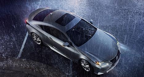 Een grijze Lexus van bovenaf gefotografeerd in de regen