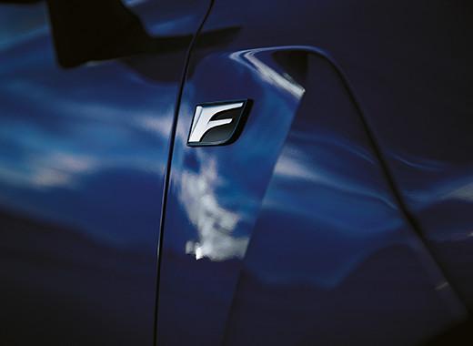 Het Lexus F logo op het zijscherm van een Lexus GS F