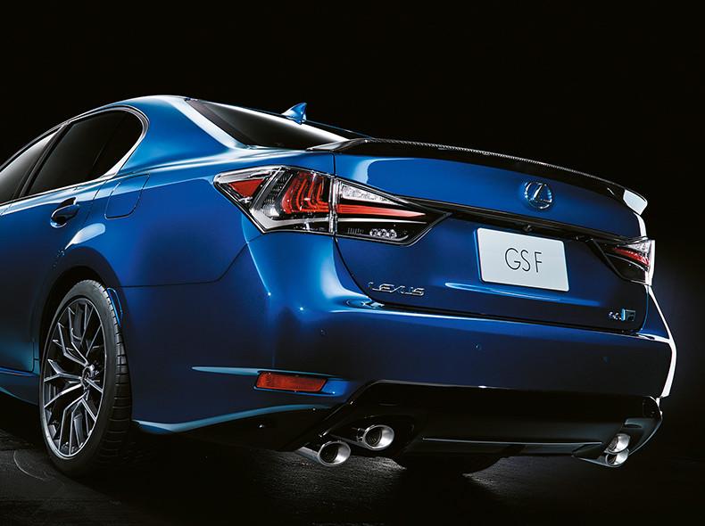 De achterkant van een Lexus GS F met dubbele uitlaten
