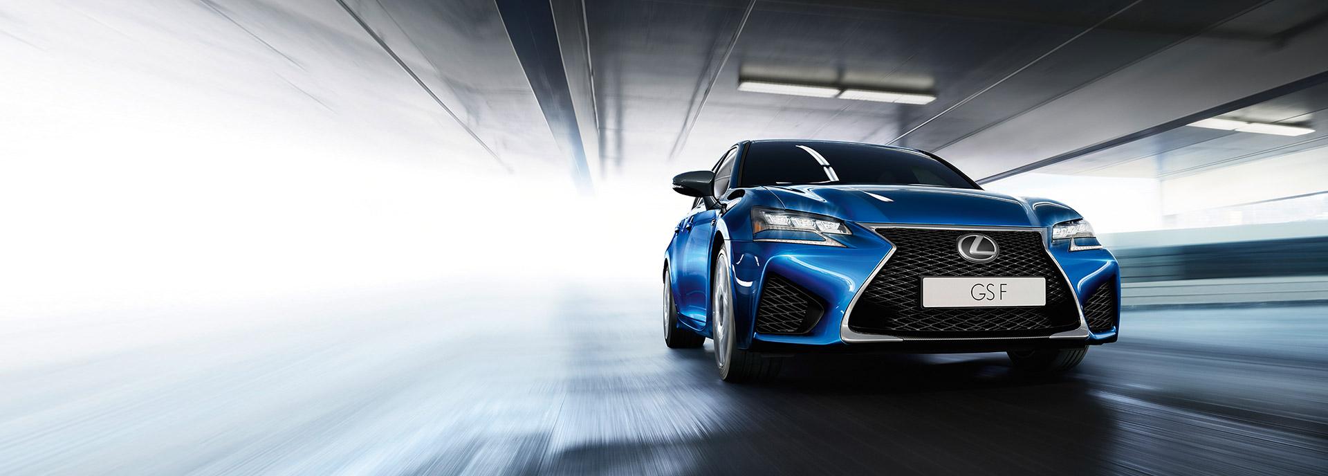 Een rijdende Lexus GS F in sapphire blue