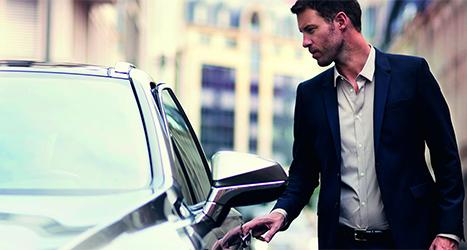 Man opent de deur van een Lexus