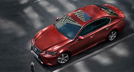 Een rode Lexus van boven gefotografeerd