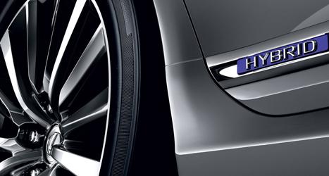 Wiel en zijkant van een Hybrid Lexus