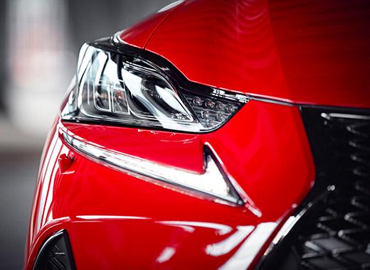 Koplamp van een rode Lexus IS 300h