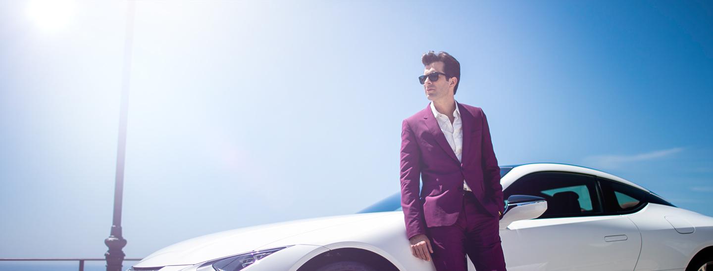 Mark Ronson en de zijkant van een witte Lexus LC
