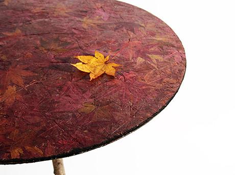 Een tafel gemaakt van gevallen herfstbladeren