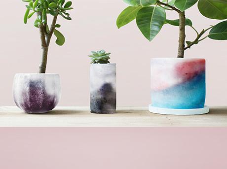 PLANTS SKIN is een met gekleurde mortel en speciale inkt vervaardigde bloempot