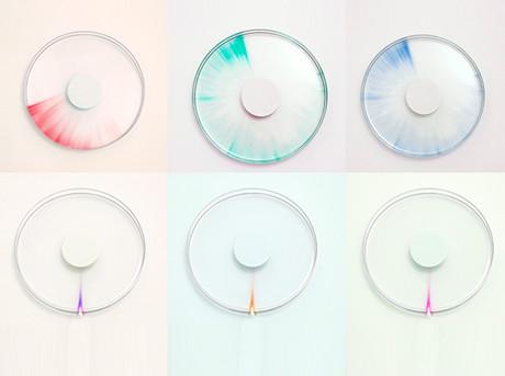 TRACE is een klok met een speciale vloeistof die onder invloed van ultraviolet licht verkleurt