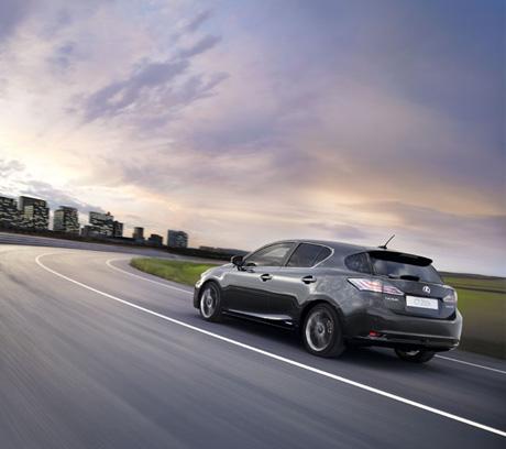 Rijdende grijze Lexus CT 200h zijaanzicht en achteraanzicht